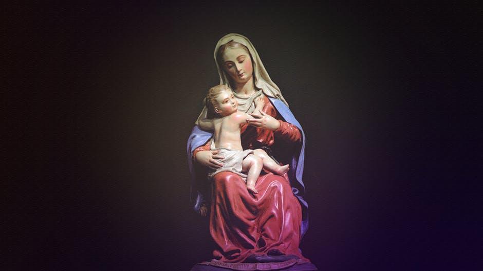 pięknie zdobiona figurka matki boskiej